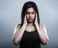 Λυπημένη γυναίκα που έχει την ημικρανία ή τον πονοκέφαλο Στοκ φωτογραφία με δικαίωμα ελεύθερης χρήσης