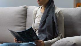 Λυπημένη γυναίκα που εξετάζει την ακτίνα X εγκεφάλου, μόνος και καταθλιπτικός στην πάλη κατά του καρκίνου απόθεμα βίντεο