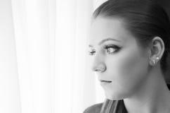 Λυπημένη γυναίκα που κοιτάζει έξω  Στοκ Φωτογραφίες