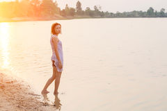Λυπημένη γυναίκα που περπατά στη λίμνη Στοκ φωτογραφία με δικαίωμα ελεύθερης χρήσης