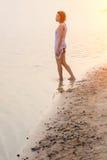 Λυπημένη γυναίκα που περπατά στη λίμνη Στοκ Φωτογραφία
