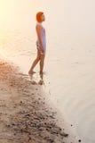Λυπημένη γυναίκα που περπατά στη λίμνη Στοκ εικόνα με δικαίωμα ελεύθερης χρήσης