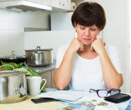 Λυπημένη γυναίκα που πληρώνει τους λογαριασμούς στοκ φωτογραφίες με δικαίωμα ελεύθερης χρήσης