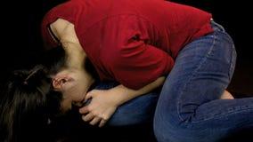 Λυπημένη γυναίκα που φωνάζει μόνο στο έδαφος στο σκοτάδι φιλμ μικρού μήκους