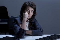 Λυπημένη γυναίκα στο γραφείο Στοκ φωτογραφίες με δικαίωμα ελεύθερης χρήσης