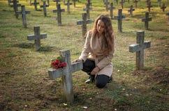 Λυπημένη γυναίκα στο νεκροταφείο στοκ φωτογραφίες