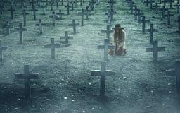 Λυπημένη γυναίκα στο νεκροταφείο Στοκ εικόνα με δικαίωμα ελεύθερης χρήσης