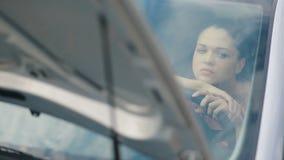 Λυπημένη γυναίκα στο χαλασμένο αυτοκίνητο απόθεμα βίντεο