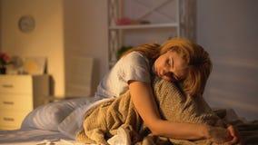 Λυπημένη γυναικεία συνεδρίαση στη σκέψη κρεβατιών το πρόβλημα, εποχιακή κατάθλιψη, μελαγχολία φιλμ μικρού μήκους