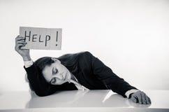 Λυπημένη επιχειρηματίας που κρατά ένα σημάδι βοήθειας στοκ εικόνες