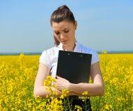 Λυπημένη επιχειρησιακή γυναίκα στον τομέα λουλουδιών υπαίθριο με την περιοχή αποκομμάτων Νέο κορίτσι στον κίτρινο τομέα συναπόσπο Στοκ εικόνες με δικαίωμα ελεύθερης χρήσης