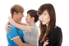 Λυπημένη ζηλοτυπία κοριτσιών brunette για το φίλο της στοκ εικόνες