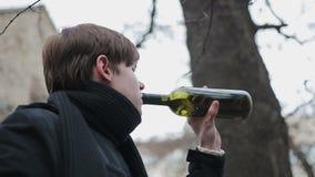 Λυπημένη θλίψη πνιξίματος ατόμων στο κρασί, πρόβλημα του εθισμού στο οινόπνευμα, κατάθλιψη απόθεμα βίντεο