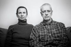 Λυπημένη και καταθλιπτική ενήλικη έκφραση γυναικών και ανδρών στοκ εικόνες