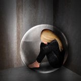 Λυπημένη καταθλιπτική γυναίκα στη σκοτεινή φυσαλίδα Στοκ Εικόνα