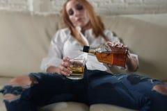 Λυπημένη καταθλιπτική οινοπνευματώδης πιωμένη κατανάλωση γυναικών στο σπίτι στην κατάχρηση και τον αλκοολισμό οινοπνεύματος νοικο Στοκ Φωτογραφίες
