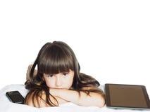 Λυπημένη καυκάσια αδελφή κοριτσιών παιδιών παιδιών που βρίσκεται στο κρεβάτι με το κινητό PC τηλεφώνων και ταμπλετών που απομονών Στοκ φωτογραφίες με δικαίωμα ελεύθερης χρήσης