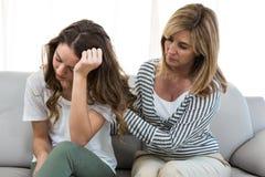Λυπημένη κόρη ενάντια στη μητέρα Στοκ Εικόνες