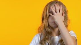 Λυπημένη μαθήτρια που κάνει facepalm, κουρασμένος των σκληρών σχολικών μαθημάτων, ανεπάρκεια βιταμινών φιλμ μικρού μήκους