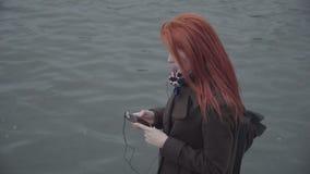 Λυπημένη μόνη γυναίκα πιπεροριζών απόθεμα βίντεο