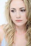 Λυπημένη νέα γυναίκα με τη wistful έκφραση στοκ φωτογραφίες