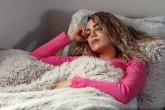 Λυπημένη νέα γυναίκα στο σπίτι, που πιέζεται και μόνη Στοκ Φωτογραφίες