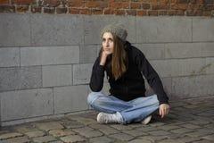 Λυπημένη νέα γυναίκα Grunge με το πλεκτό καπέλο στοκ εικόνες