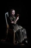 Λυπημένη ομορφιά από το προηγούμενο βιβλίο χρονικής ανάγνωσης στοκ φωτογραφίες