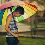 Λυπημένη ομπρέλα ουράνιων τόξων αγοριών withl Στοκ φωτογραφία με δικαίωμα ελεύθερης χρήσης