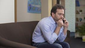 Λυπημένη συνεδρίαση ατόμων στον καναπέ και ομιλία με τον προϊστάμενο στο smartphone, τα προβλήματα και την κρίση απόθεμα βίντεο