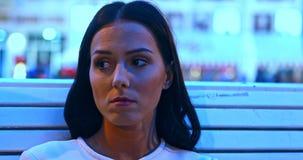 Λυπημένη συνεδρίαση γυναικών στον πάγκο στο βράδυ απόθεμα βίντεο