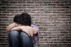 Λυπημένη συνεδρίαση αγοριών στο πάτωμα Στοκ Φωτογραφία
