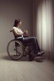 Λυπημένη συνεδρίαση γυναικών στην αναπηρική καρέκλα Στοκ εικόνες με δικαίωμα ελεύθερης χρήσης