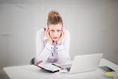 Λυπημένη συνεδρίαση επιχειρηματιών στο γραφείο στο γραφείο Στοκ εικόνα με δικαίωμα ελεύθερης χρήσης