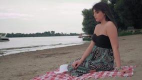 Λυπημένη συνεδρίαση κοριτσιών στην παραλία και σκέψη απόθεμα βίντεο