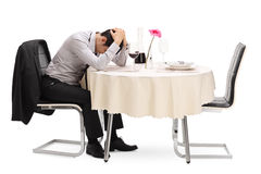 Λυπημένη συνεδρίαση τύπων μόνο σε έναν πίνακα εστιατορίων στοκ εικόνα