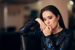 Λυπημένη τρυπημένη γοητευτική γυναίκα που δεν έχει καμία διασκέδαση στο κόμμα στοκ φωτογραφία με δικαίωμα ελεύθερης χρήσης