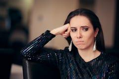 Λυπημένη τρυπημένη γοητευτική γυναίκα που δεν έχει καμία διασκέδαση στο κόμμα στοκ εικόνες με δικαίωμα ελεύθερης χρήσης