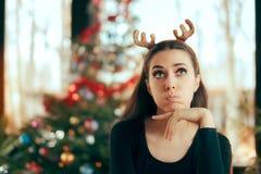 Λυπημένη τρυπημένη γυναίκα που δεν έχει καμία διασκέδαση στο κόμμα γευμάτων Χριστουγέννων Στοκ Εικόνες