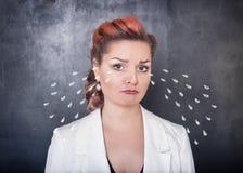 Λυπημένη φωνάζοντας γυναίκα στο υπόβαθρο πινάκων Στοκ εικόνα με δικαίωμα ελεύθερης χρήσης
