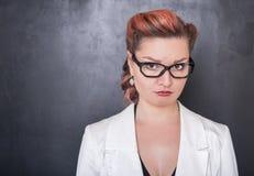 Λυπημένη φωνάζοντας γυναίκα στο υπόβαθρο πινάκων Στοκ φωτογραφία με δικαίωμα ελεύθερης χρήσης