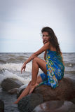 Λυπημένη όμορφη γυναίκα κοντά στη θάλασσα στοκ εικόνα με δικαίωμα ελεύθερης χρήσης
