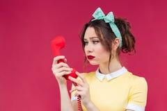 Λυπημένη όμορφη γυναίκα χρησιμοποιώντας τον κόκκινο δέκτη και μιλώντας στο τηλέφωνο Στοκ φωτογραφία με δικαίωμα ελεύθερης χρήσης