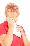 Λυπημένη ώριμη γυναίκα που σκουπίζει το μάτι της από να φωνάξει με τον ιστό Στοκ Εικόνες