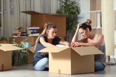 Λυπημένοι εκδιωγμένοι συγκάτοικοι που εγκιβωτίζουν τις περιουσίες που κινούνται κατ' οίκον στοκ φωτογραφία με δικαίωμα ελεύθερης χρήσης