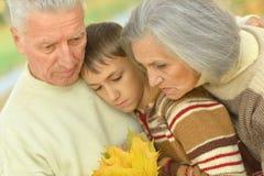 Λυπημένοι παππούδες και γιαγιάδες με τον εγγονό Στοκ Φωτογραφία