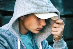 Λυπημένος έφηβος υπαίθριος Στοκ φωτογραφίες με δικαίωμα ελεύθερης χρήσης