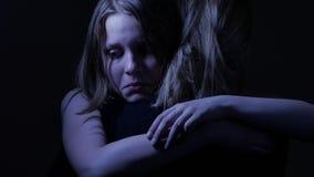 Λυπημένος έφηβος daughet και η αγαπώντας μητέρα της 4k UHD απόθεμα βίντεο