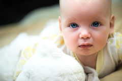 Λυπημένος λίγο πορτρέτο κοριτσάκι με ένα teddy παιχνίδι αρκούδων Στοκ Εικόνες
