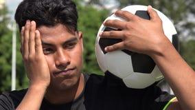 Λυπημένος αθλητικός αρσενικός ποδοσφαιριστής εφήβων φιλμ μικρού μήκους